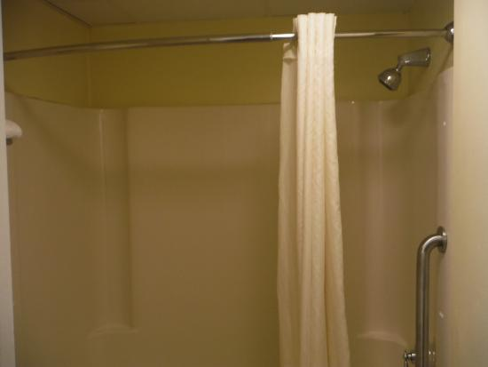 Travelodge West Yarmouth Cape Cod: Shower.