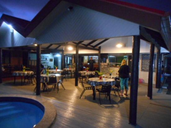 Beach Escape Villas: Swimming pool and restaurant