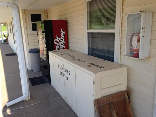 Washington, IA: Recycling center and vending near office
