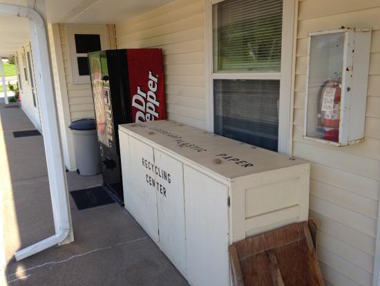 วอชิงตัน, ไอโอวา: Recycling center and vending near office