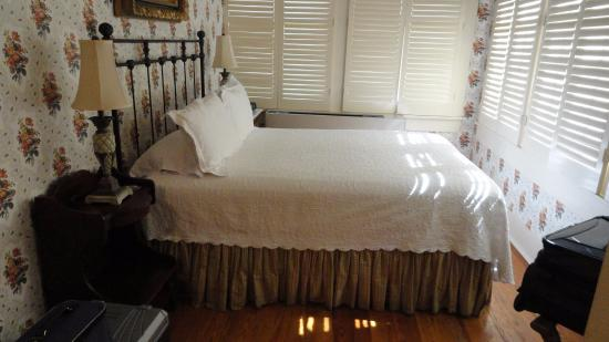 Captain Henderson House Bed and Breakfast: Comfortable double bed