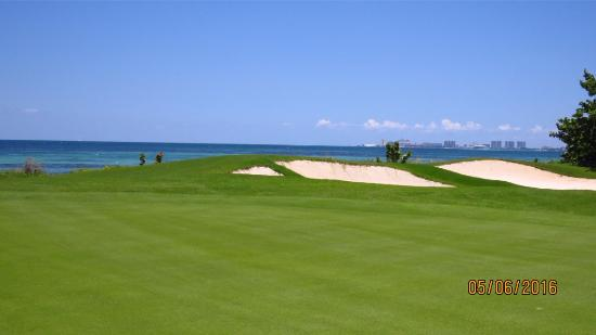 Puerto Cancun Golf Course: 14th hole view of the sea