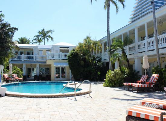 The Pillars Hotel Fort Lauderdale: Pool area with sun loungers