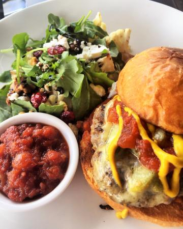 Paddington Deli & Epicerie: tasty burger with lots of relish