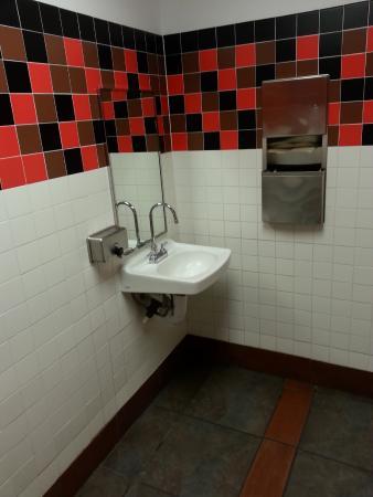 Bellevue, NE: Clean Bathroom