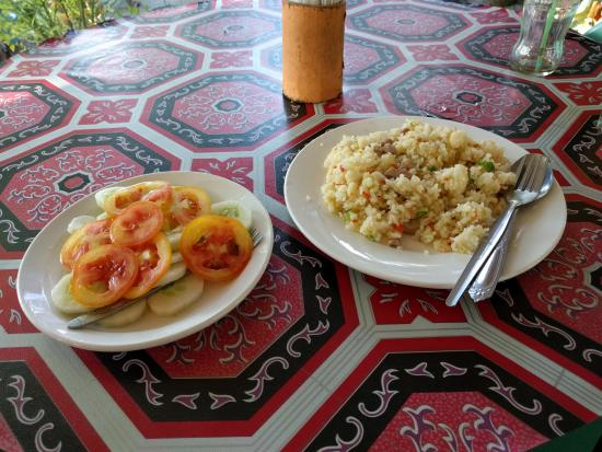 Daanbantayan, Φιλιππίνες: Cucumber + tomato salad, and fried rice with pork