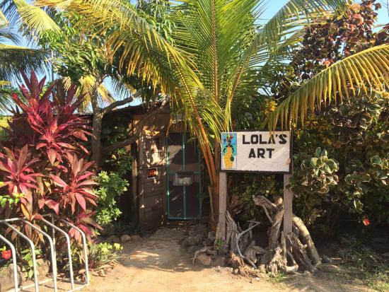 Lola's Art Gallery: Outside of the shop