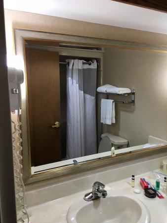 Holiday Inn Express Hotel & Suites Allentown - Dorney Park Area: decent bathroom, a little crammed but not bad