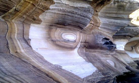 แทสมาเนีย, ออสเตรเลีย: Painted cliffs - a magical place to explore and only a short trip from the main visitor area