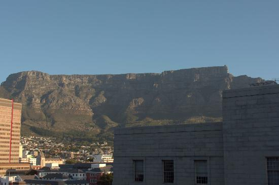 Mandela Rhodes Place Hotel & Spa: A telephoto view of Table Mountain from the lounge/dining room.