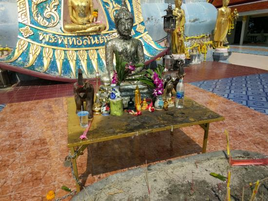 Bophut, Thailand: Mini altar in the front of the statue