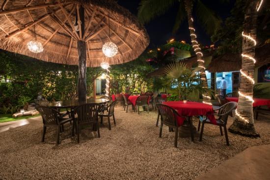 Mayan Bistro: Garden