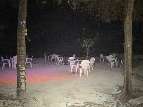 Atolón Kaafu: Beach Club Restaurant on the beach