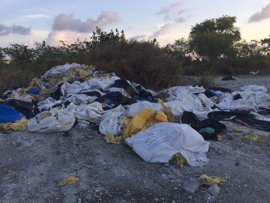 Atolón Kaafu: More building debris dumped on wasteland