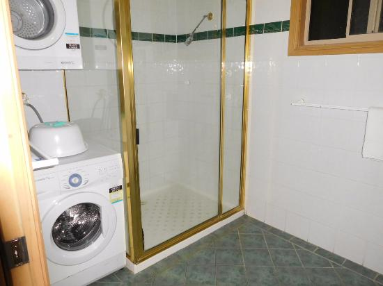 Forest Glen, Australia: Shower and laundry combined