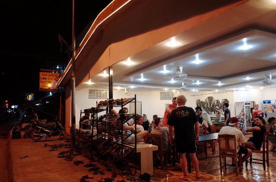 Chilllao Youth Hostel Guesthouse: common room di lantai bawah, ramai setiap malam