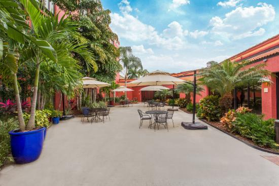 Crowne Plaza Fort Myers at Bell Tower Shops: Guest Patio