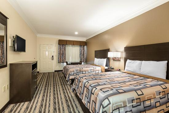 The Continental Inn & Suites Airport: Guest room with two beds
