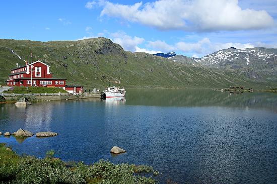 Beitostolen, Noruega: M/B Bitihorn in front of Eidsbugarden Hotel with 2000m peaks Galdeberg and Slettmarkspiggen in t