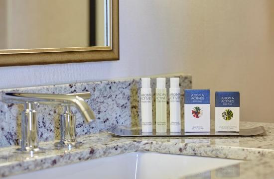 DoubleTree by Hilton - Washington DC - Crystal City: Hotel Exterior at Dusk