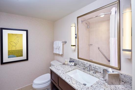 DoubleTree by Hilton - Washington DC - Crystal City: Jr Suite Bathroom