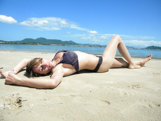 Costa Norte Ponta Das Canas Hotel Florianopolis: Yessika Simonphietri posando en la playa del hotel