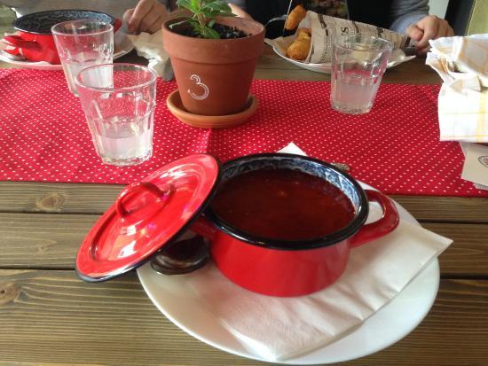 Balatonlelle, Hungría: Суп-гуляш. Подается в кастрюльке