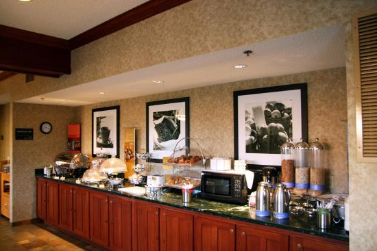 Hampton Inn South Haven: Breakfast Bar