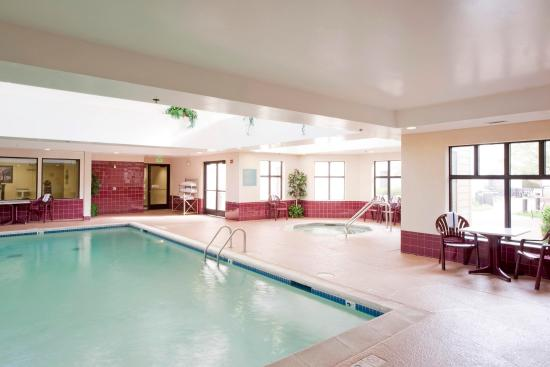 Hampton Inn and Suites-Chesterfield: Pool and Hot tub