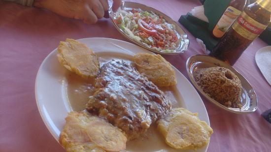 Tropical Breeze: File de peixe, arroz de coco, patacones e salada