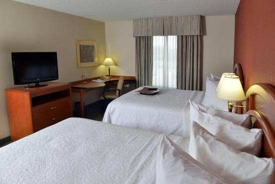 Hampton Inn & Suites by Hilton Windsor: Two Queen Beds