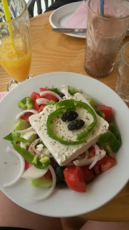 Yacht Club Panagakis: Salade grecque, jus d'orange pressé et chocolat glacé
