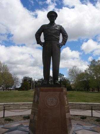 Abilene, KS: Large statue of Dwight Eisenhower