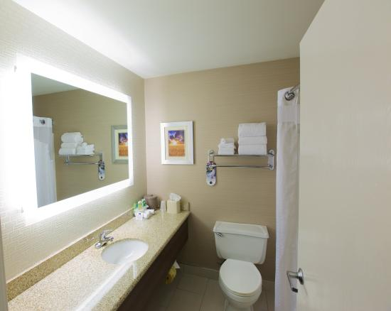 Holiday Inn Express Fargo - West Acres: Enjoy our oversized bathrooms