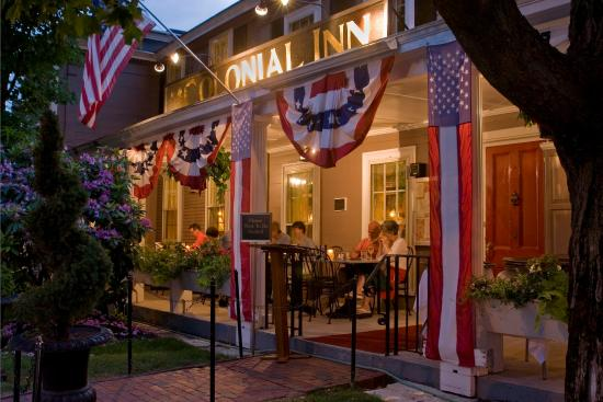 Concord's Colonial Inn: Exterior Night