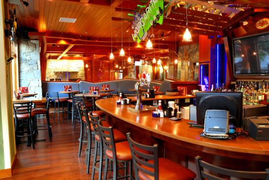 "Fox Hotel & Suites: Chili""s Bar & Grill - Lounge"