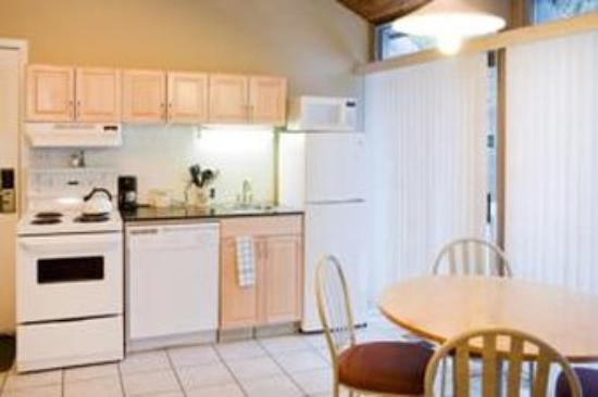 Tunnel Mountain Resort: Kitchen