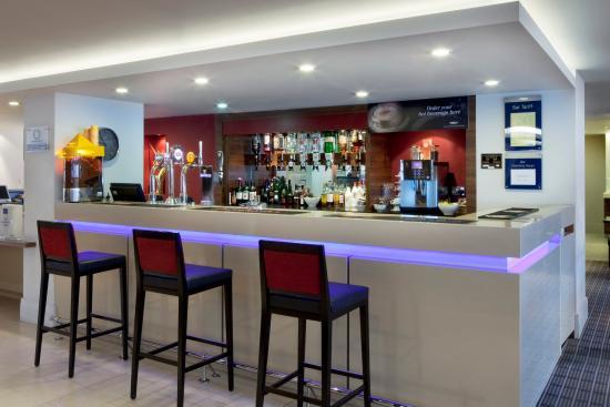 Holiday Inn Express Milton Keynes: Enjoy a drink from our Milton Keynes hotels licensed bar