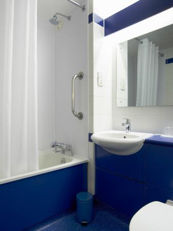 Travelodge Newbury Chieveley M4 : Bathroom with Bath
