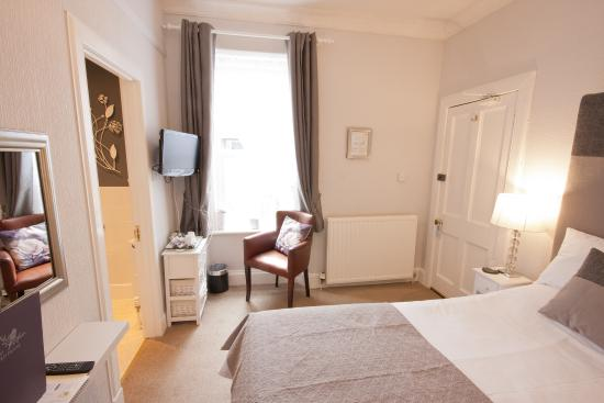 The Ness Guest House: This very comfortable double room has a Kingsize bed and ensuite shower room.