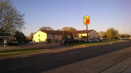 Super 8 Sun Prairie/Madison E: Outside motel view