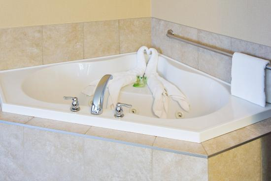 Courtenay, Canadá: Guest Bathroom with jetted tub