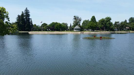 Marysville, Калифорния: A large & beautiful lake, in the middle of town. Has a nice sidewalk all the way around for a go