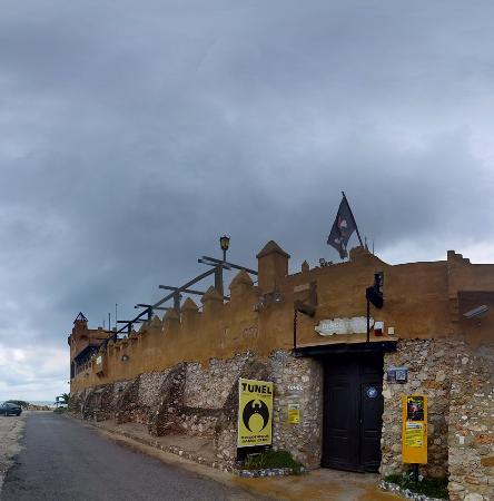 Алькоссебре, Испания: fachada almacenes (discotunel)