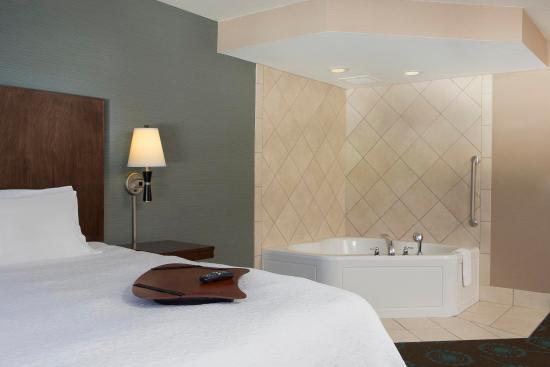 Hampton Inn & Suites Grafton : King Bed w/Whirlpool