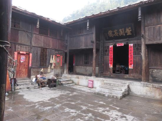Tianlong Ancient Castle : The inner courtyard of a home.