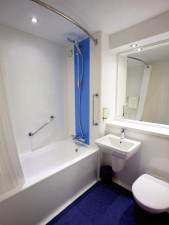 Travelodge Stratford Alcester: Bathroom with Bath