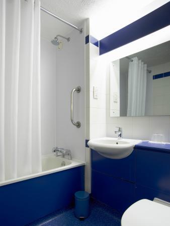 Travelodge St Austell Hotel : Bathroom with Bath