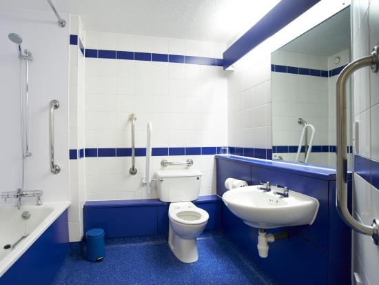 Travelodge St Austell Hotel : Accessible Bathroom