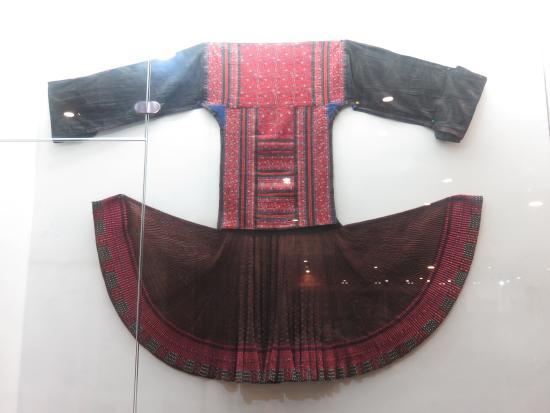 Guizhou Provincial Museum : Miao dress.